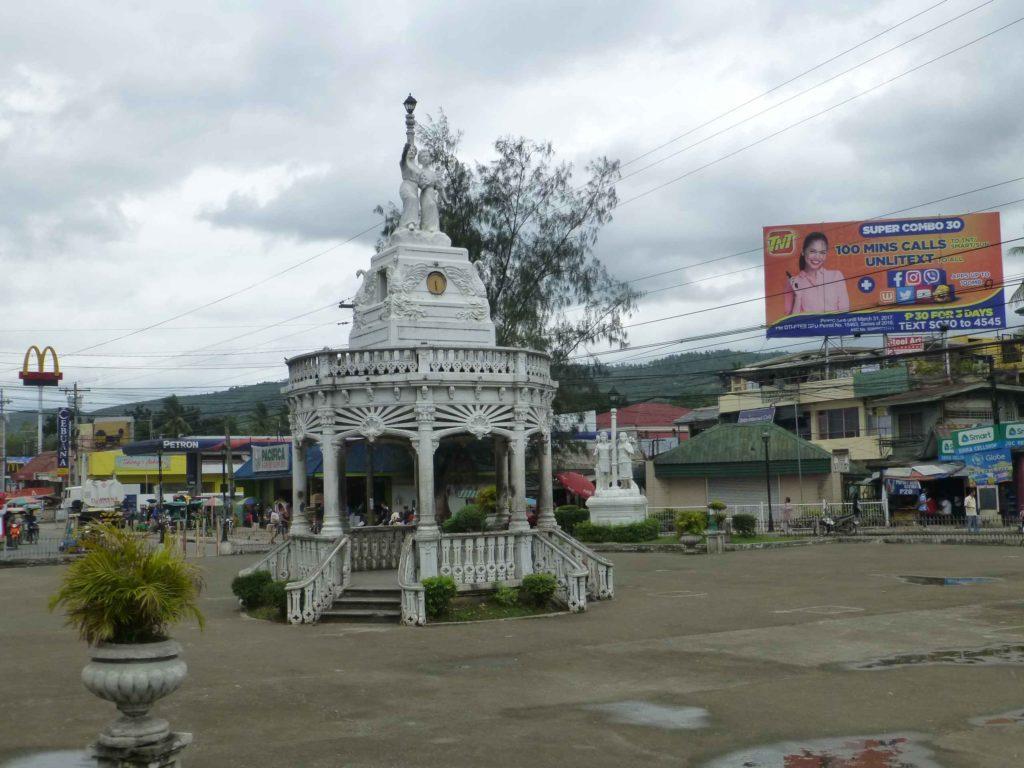 Памятник-беседка в городке Каркар ближе к Себу