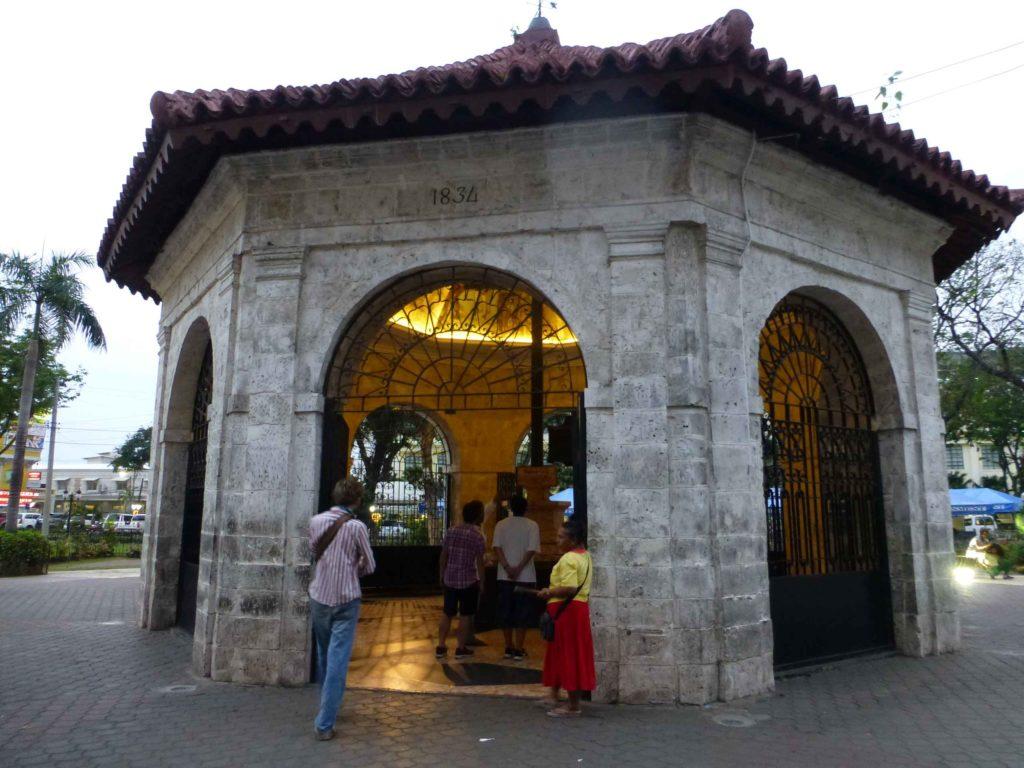 Внутри часовни находится крест Магеллана