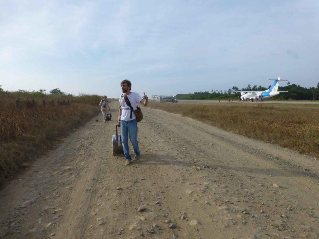 Дорога вдоль взлетной полосы