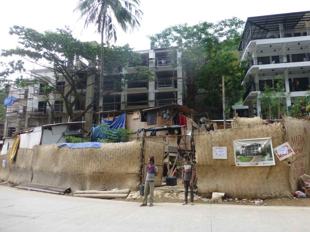 За забором из циновки строится новый отель