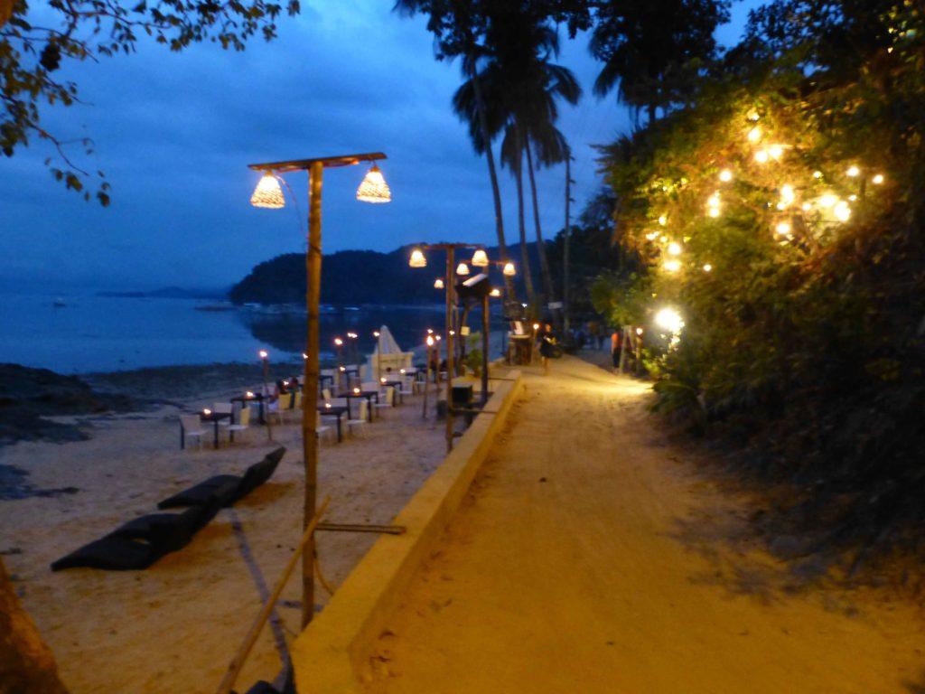 Дорожка вдоль моря до кафе