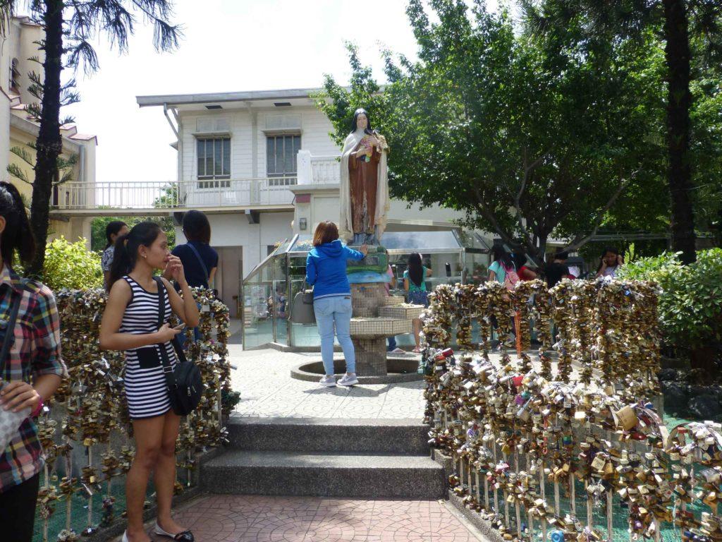 Статуя возле собора