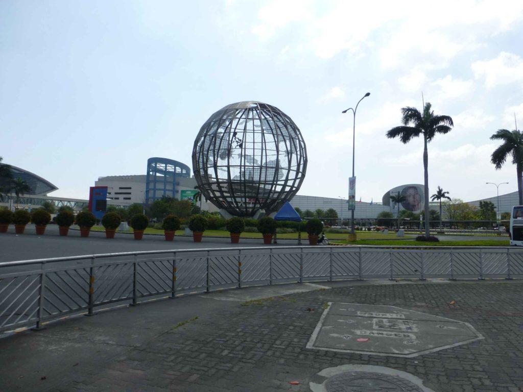 Глобус у ТЦ Азия, ночью он подсвечивается