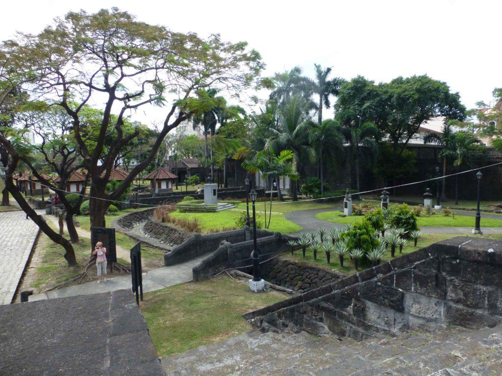 Внутри крепости, слева - бюсты