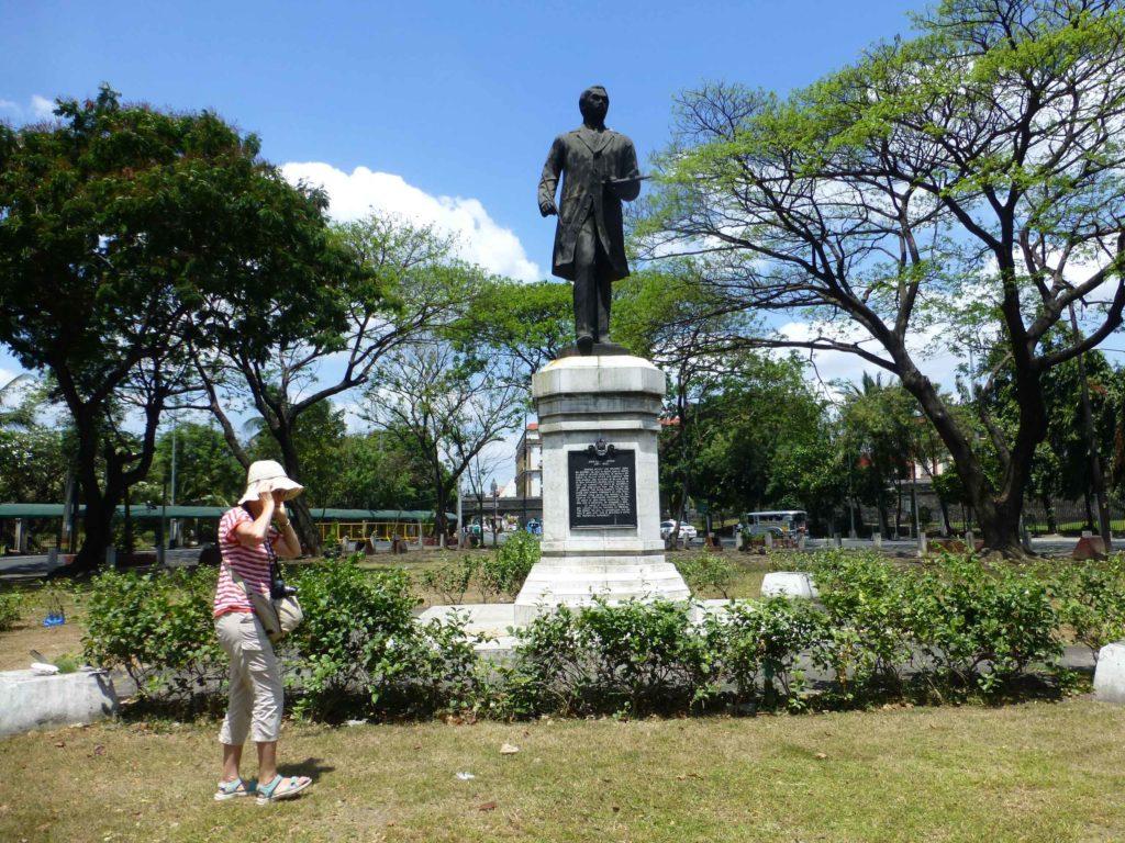 Памятник художнику Juan Luna Y Novicio