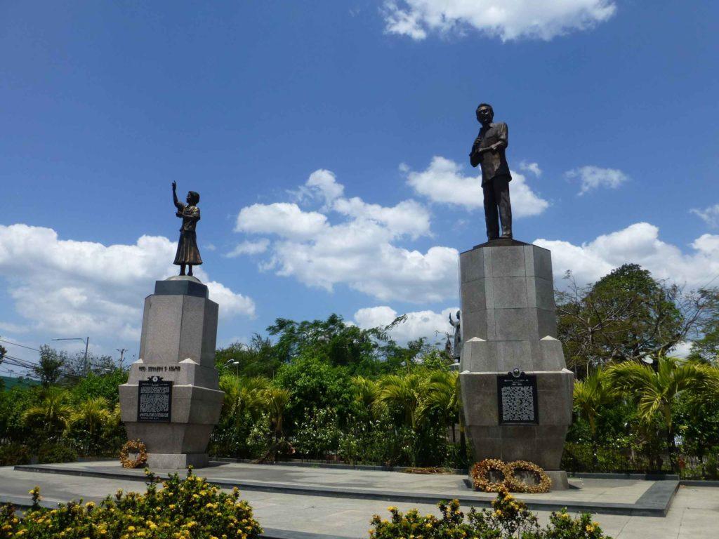 Памятники супругам Акино