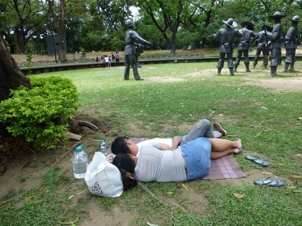 Спящие возле диорамы расстрела