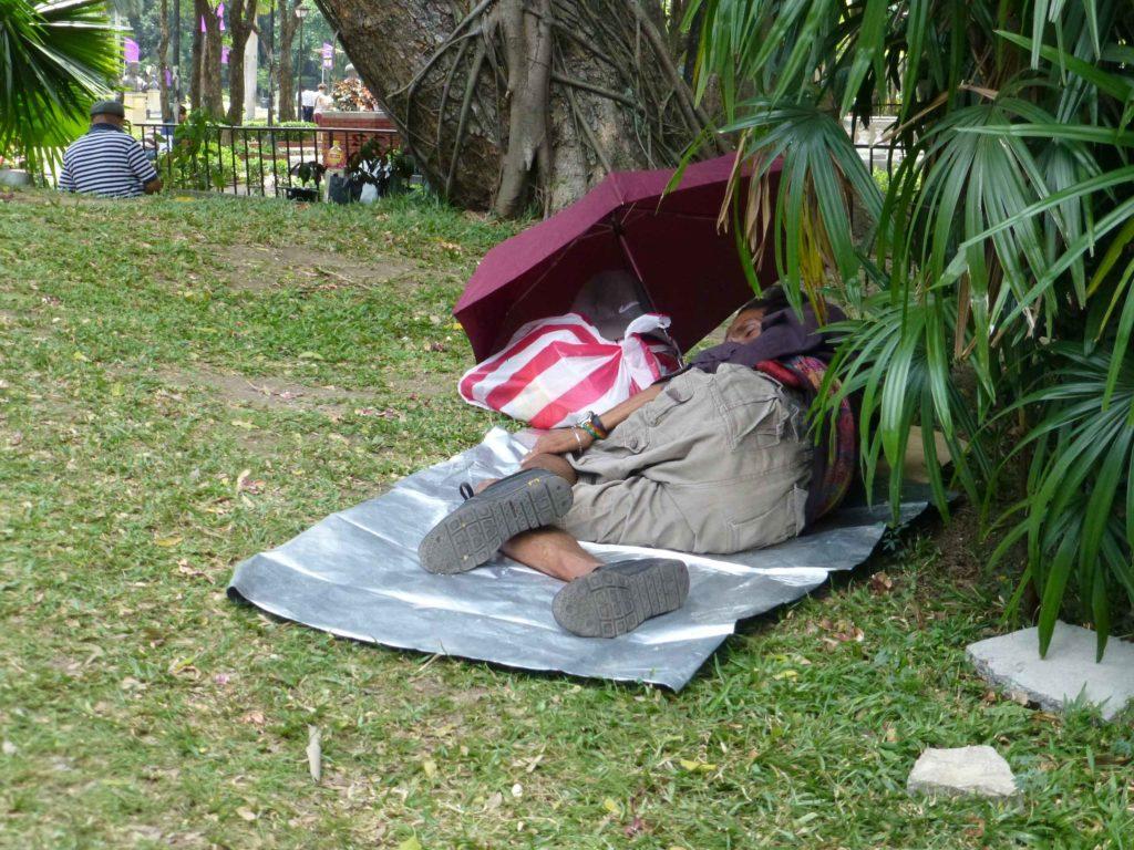 Спать филиппинцы могут в любых условиях