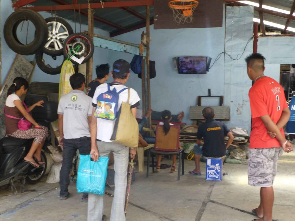 В мастерской следят за матчем по ТВ, прохожие останавливаются тоже