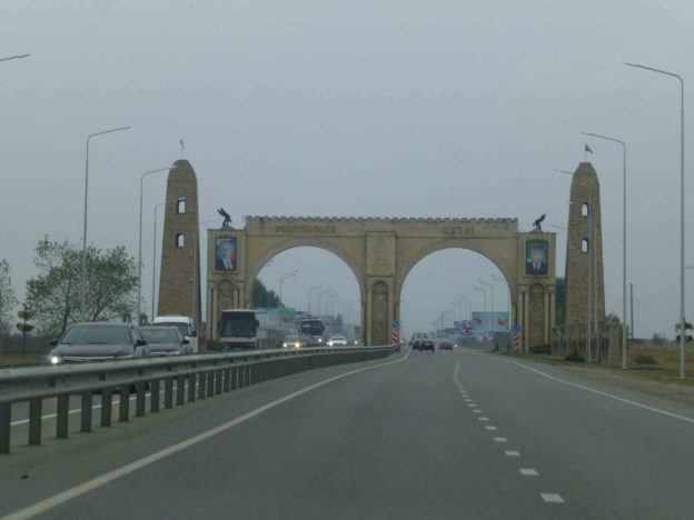 Арка на дороге в Чечне