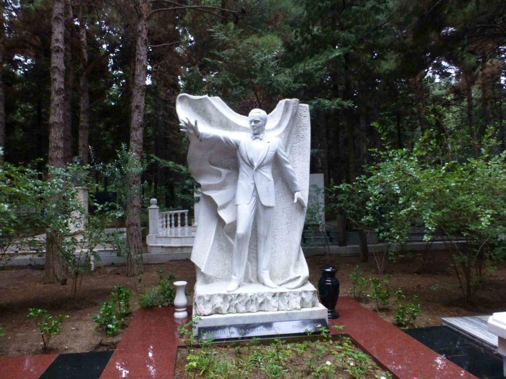 Памятник на могиле Муслима Магомаева