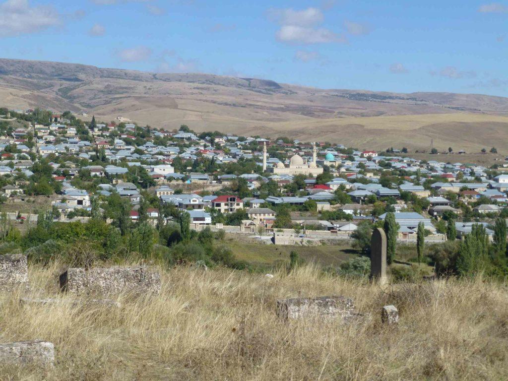 Вид на город Шемаха с кладбища