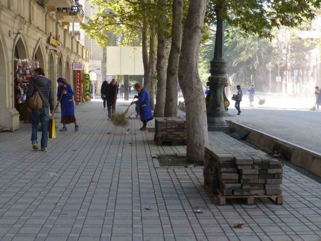 Женщины с метлами наводят чистоту в городе