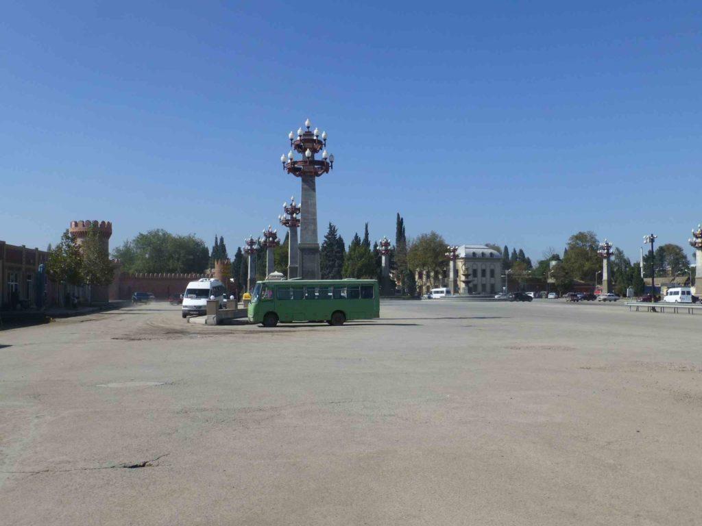 Площадь на краю города, рядом - заправка