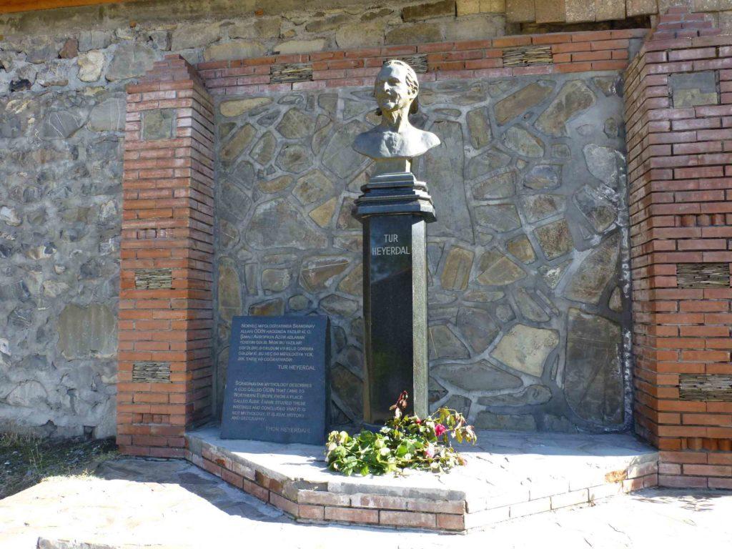 Памятник Туру Хейердалу