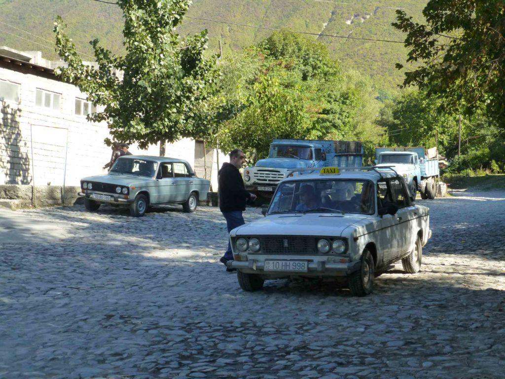 На автобусной остановке - центр села Киш