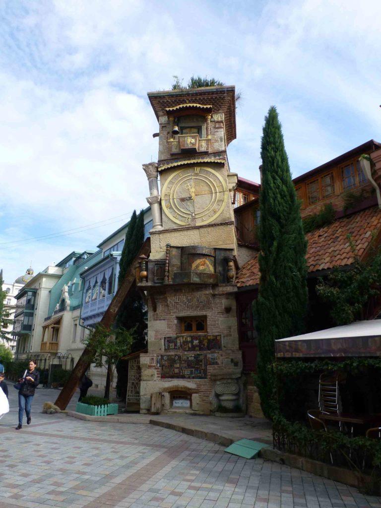 Часы возле театра