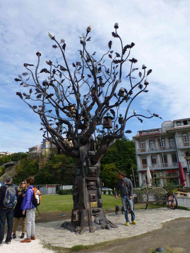 Такой вот памятник возле станции канатки