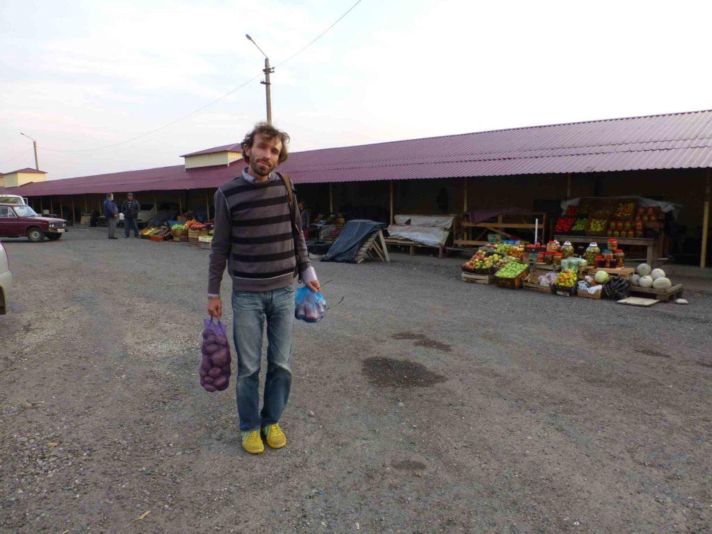 На рынке у дороги