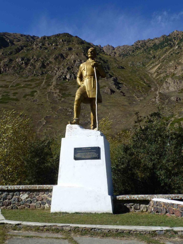 Памятник Ахия Соттаеву - проводнику английской экспедиции