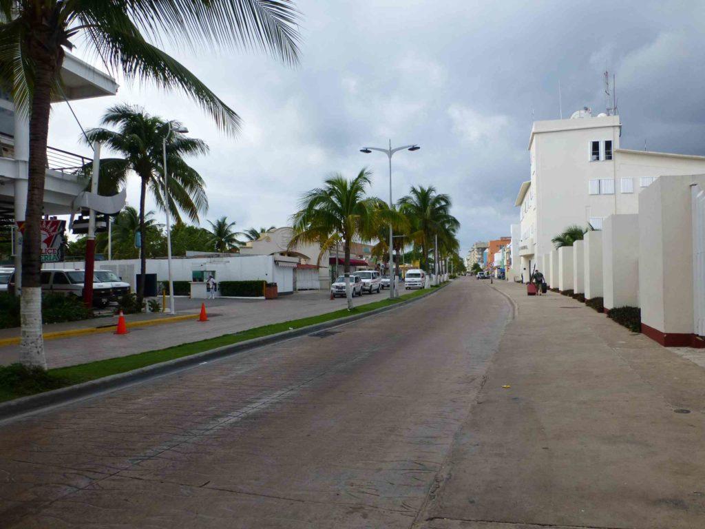 Главная улица тянется вдоль моря
