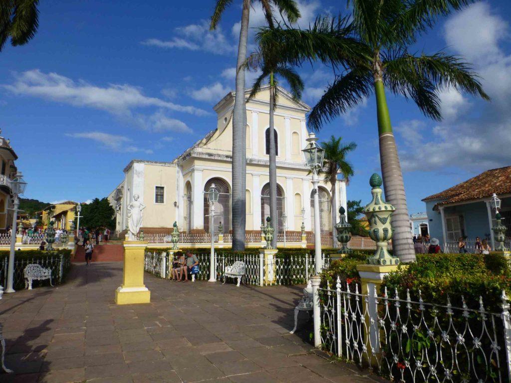 Церковь на центральной площади и королевские пальмы