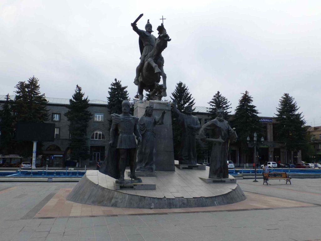 Памятник на центральной площади