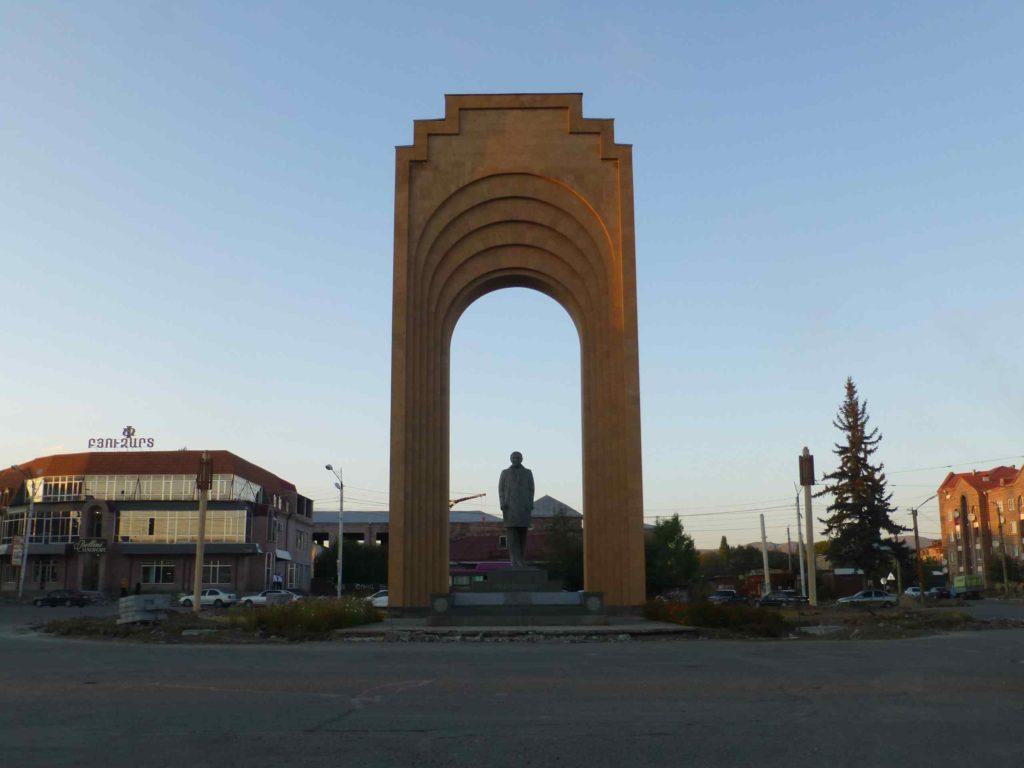 Памятник Шарлю Азнавуру
