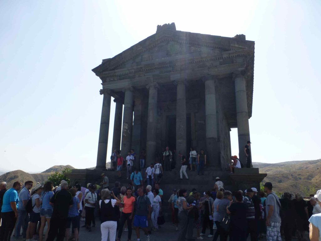 Толпа возле храма