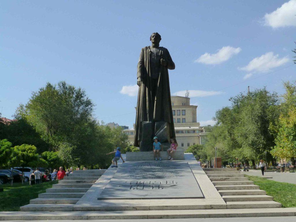 "Памятник лидеру партии ""Дашнакцутюн"""