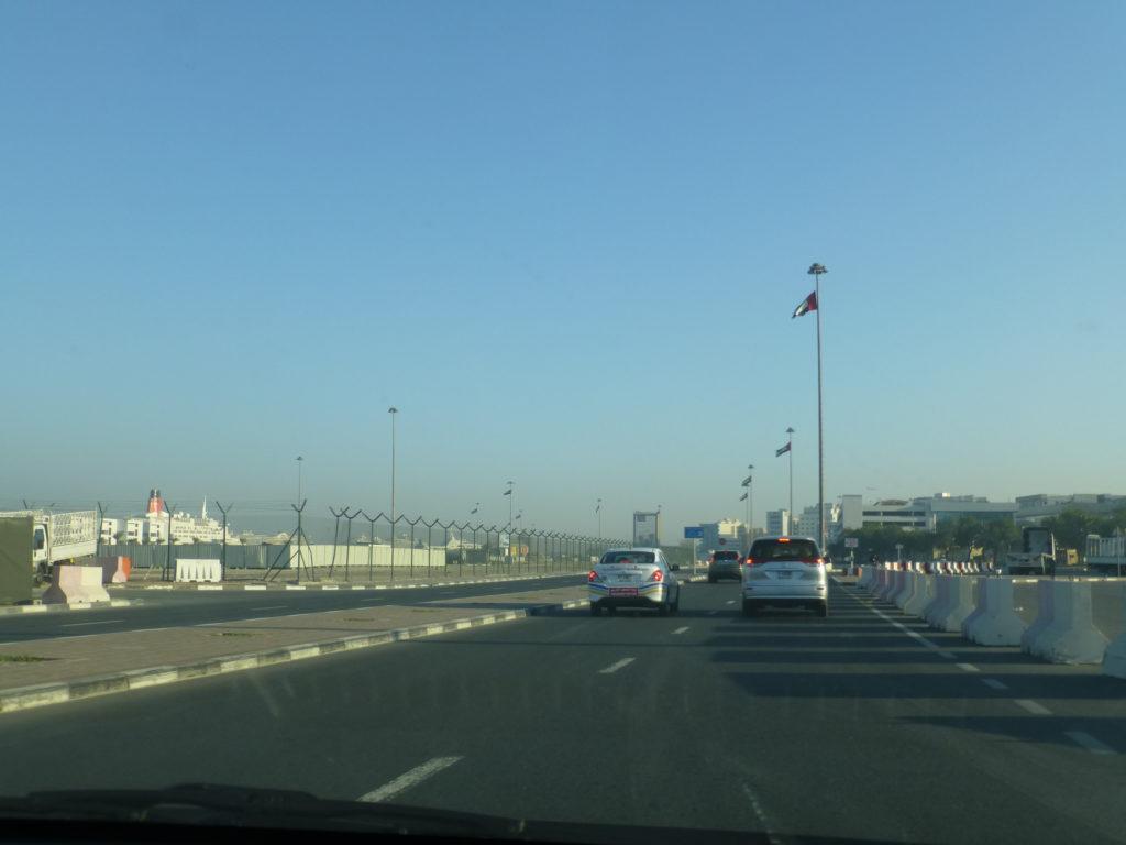 Дорога к портовому терминалу, слева виден наш корабль