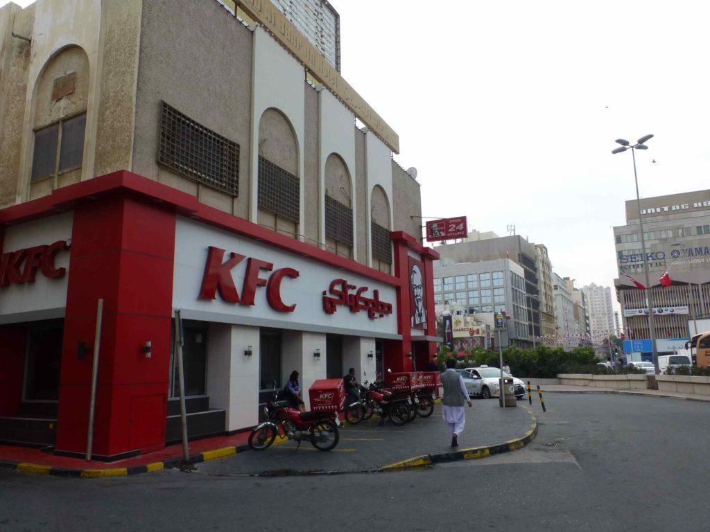 KFC возле рынка, направо, где машина, вход на рынок