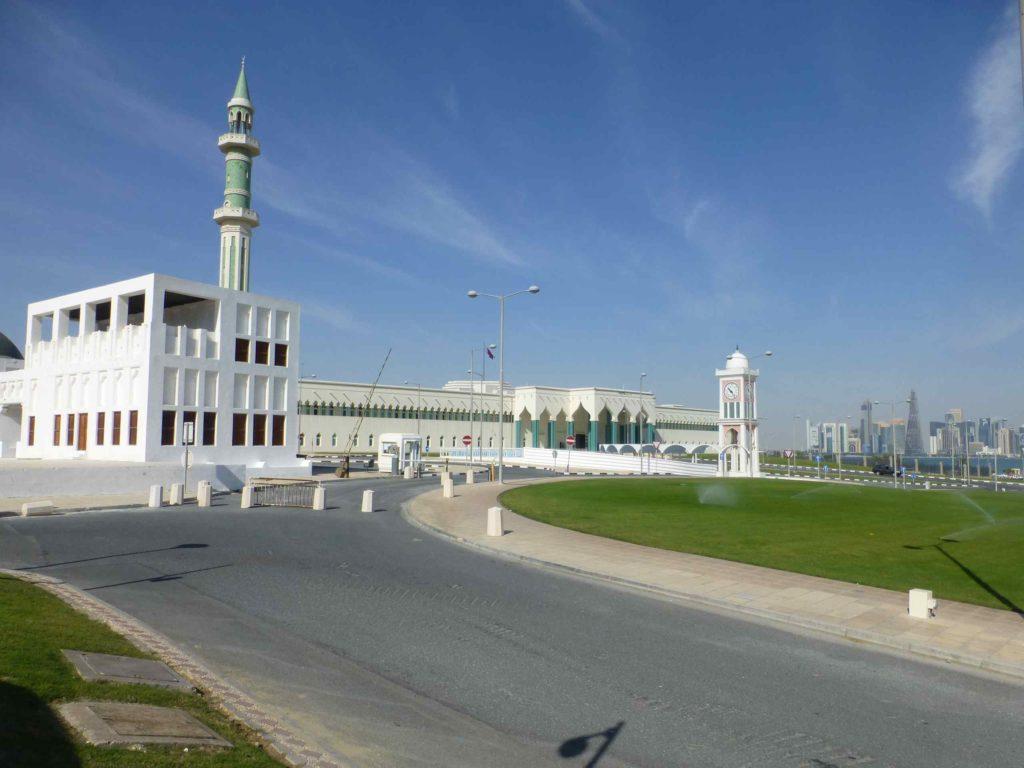 Слева - мечеть, справа - парламент