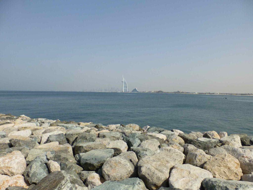 Вид на отель Бурдж аль Араб в виде паруса с острова