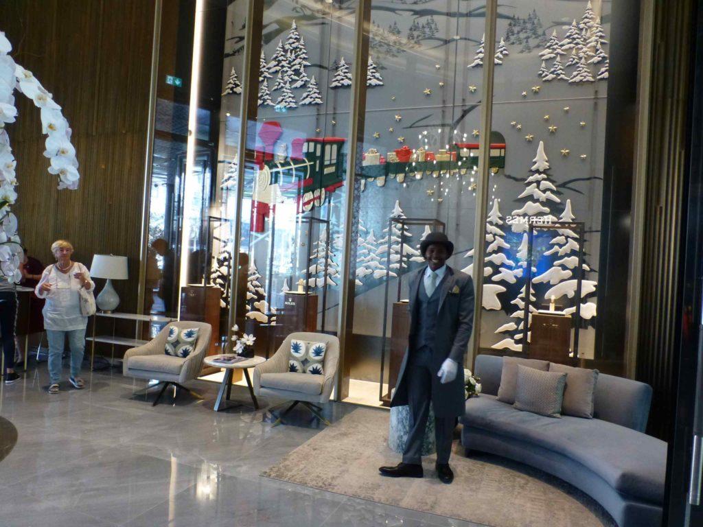 Швейцар в Дубай-молле