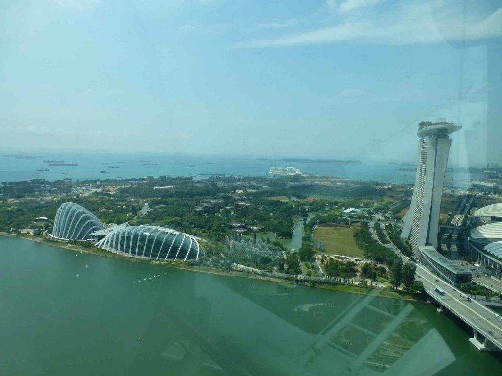 Вид на Marina bay gardens и оранжерею
