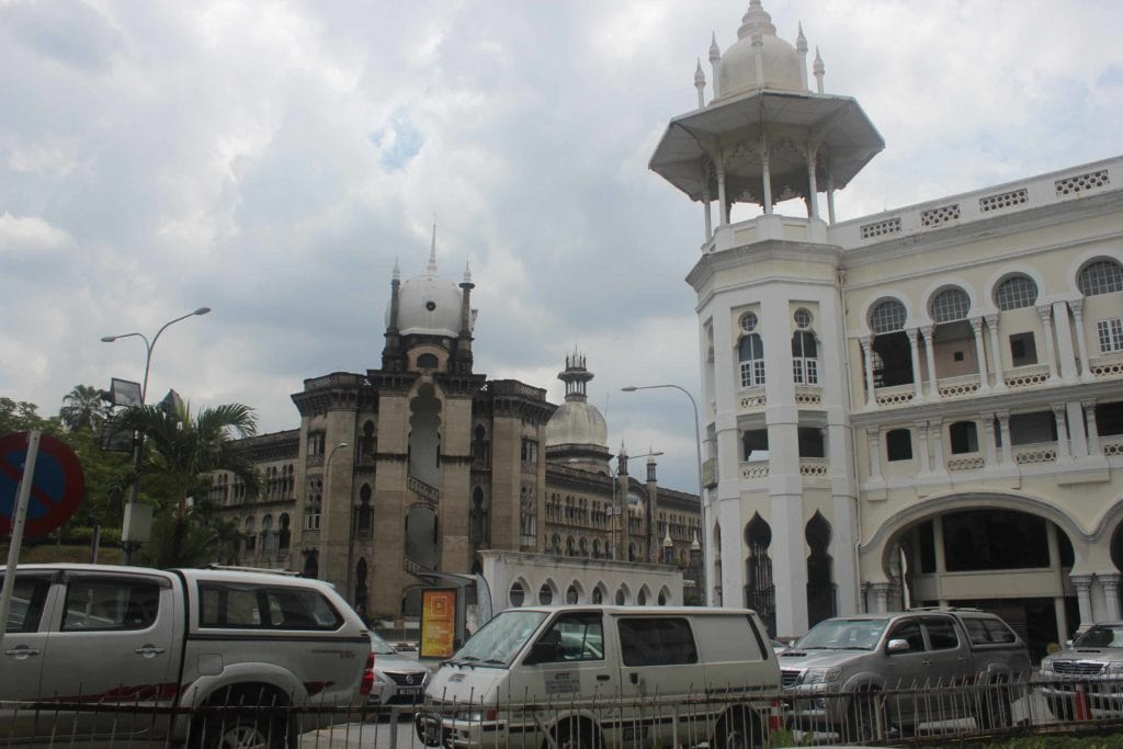 Старое здание вокзала справа