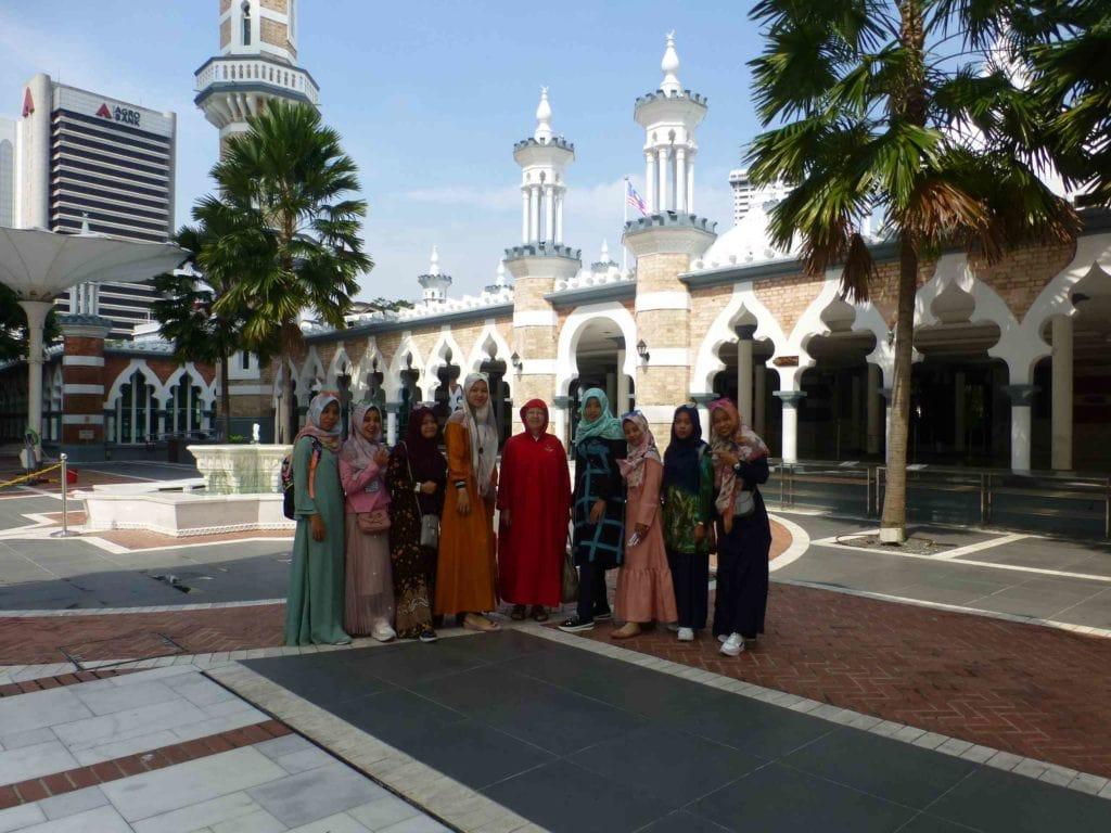 Фото в мечети с местными девушками