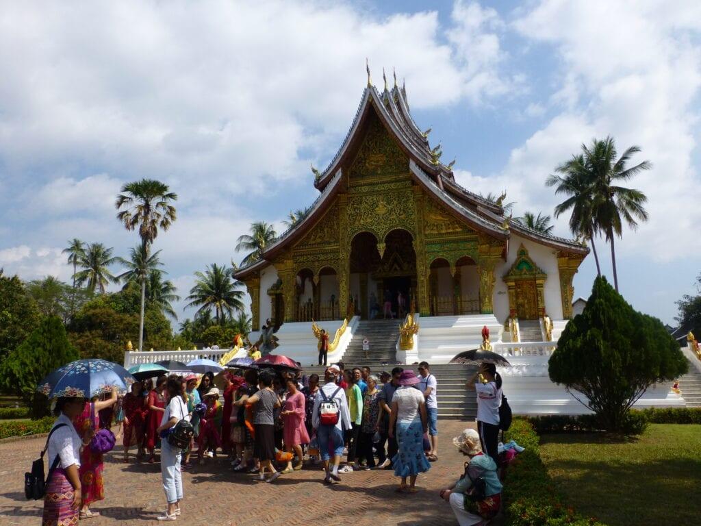 Туристы на фоне храма