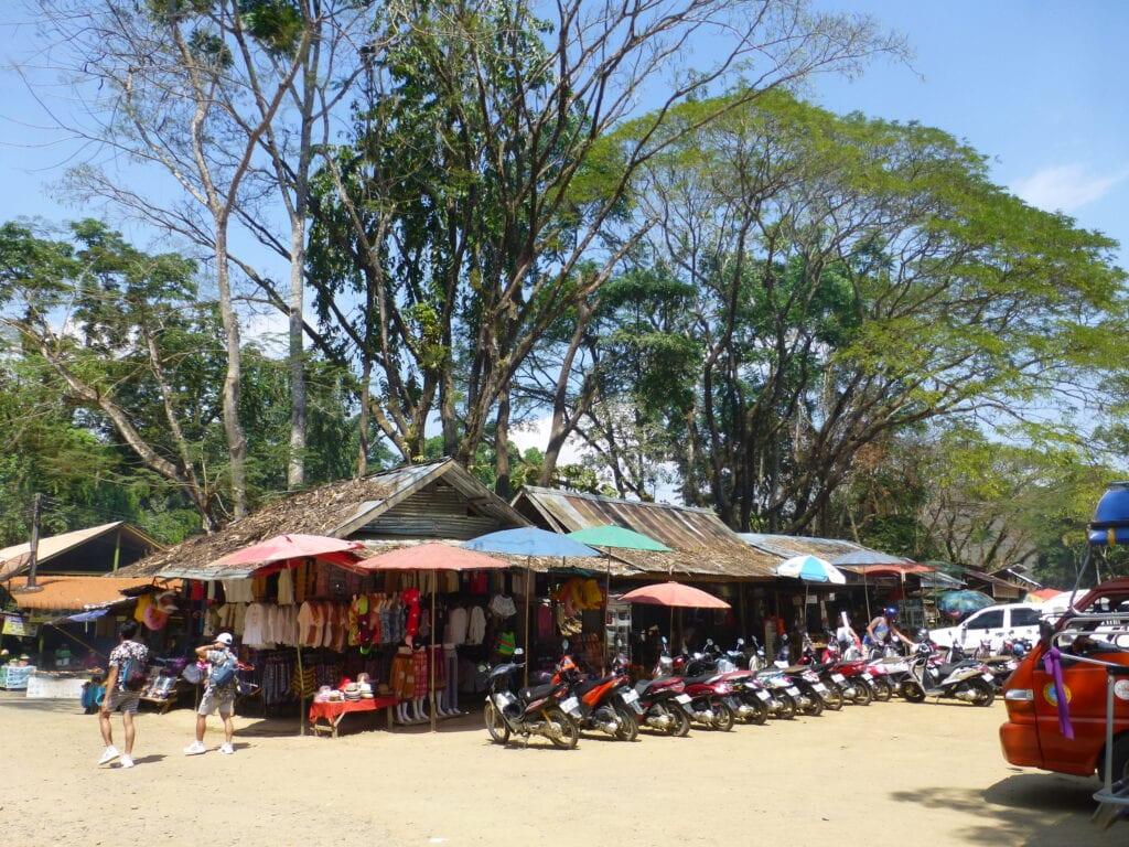 Рынок возле входа к водопаду